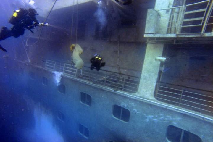 Sommozzatori delle forze dell'ordine al lavoro sul relitto della Concordia