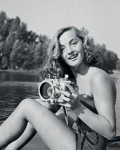 1949, la giovane – appena diciannovenne – Lotte Baierl alla sua prima immersione e caccia fotografica su un ramo morto del Danubio