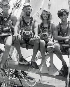 """1950 – Mar Rosso – Lotte insieme agli altri membri della spedizione. Ormai è uno di loro! Da sinistra Leo Rohrer (secondo cameraman), Hans Hass, Lotte Baierl e Gerry, Gerald Weidler (subacqueo) con i primi """"rebreathers"""" ad ossigeno (ARO) e le loro fotocamere al collo."""