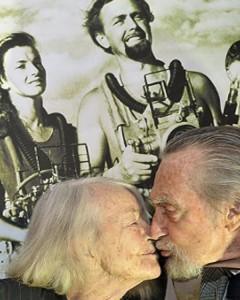 """2011, Lotte e Hans alla premiere del film """"Das Mädchen auf dem Meeresgrung"""" tratto dal libro da lei scritto nel 1970, dove racconta, dal suo punto di vista di ragazza, la spedizione in Mar Rosso, con tutto l'entusiasmo di una giovane donna che dopo aver sognato l'avventura si trova lei stessa dentro l'avventura."""