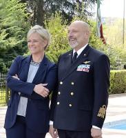 Donatella Bianchi insieme all'ammiraglio di Squadra Giuseppe De Giorgi nel parco-piscina del Circolo Ufficiali della Marina Militare a Roma