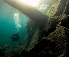 Vista del ponte del relitto del Chrisso, nave da carico affondata, dopo essersi incagliata, a Punta La Greca, a Tavolara, Sardegna.