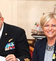 La conduttrice di Lineablu Donatella Bianchi assieme all'ammiraglio di Squadra Giuseppe De Giorgi, attuale capo di Stato Maggiore della Marina Militare del nostro Paese
