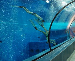Apneisti con scooter sub in Y-40. L'impianto con piscina più profonda al mondo, ormai simbolo degli apneisti
