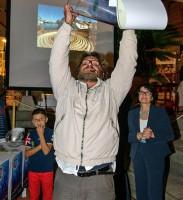 Il vincitore Stefano Frascati alza la coppa
