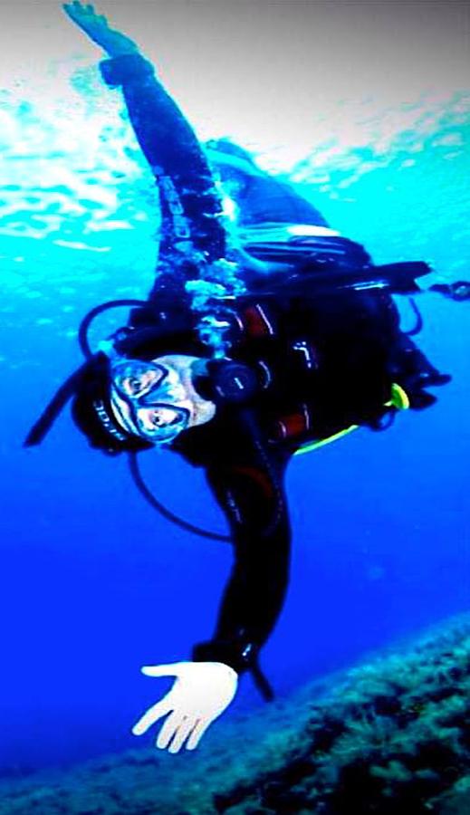 Flavio Insinna in una curiosa inquadratura subacquea presente nel suo sito mentre pare simulare sott'acqua l'atto del volare