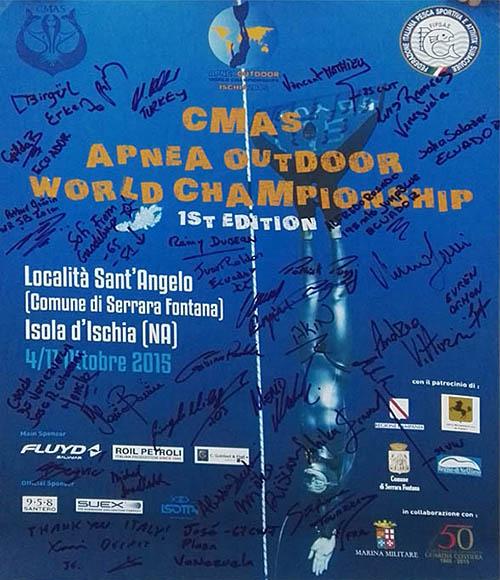 Il poster autografato dagli atleti