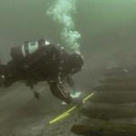 Nell'immagine l'archeologo marino Kevin Martin al rilevamento di alcuni parametri del relitto della Melkmeid. Foto di Johan Opdebeeck