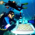 Paolo sulla destra mentre gioca a dama sul fondo