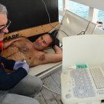 """Il coordinatore del progetto, l'instructor sub ESA Antonio Galati, sul lettino in qualità di """"paziente"""", analizzato dal Dr. Danilo Cialoni della DAN con l'ecografo cardiaco per flussimetria doppler"""